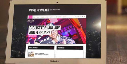 Webové stránky od studioseven pro DJ Jackie O'Walker zobrazený na MacBook Air. Reference studioseven a web na míru.
