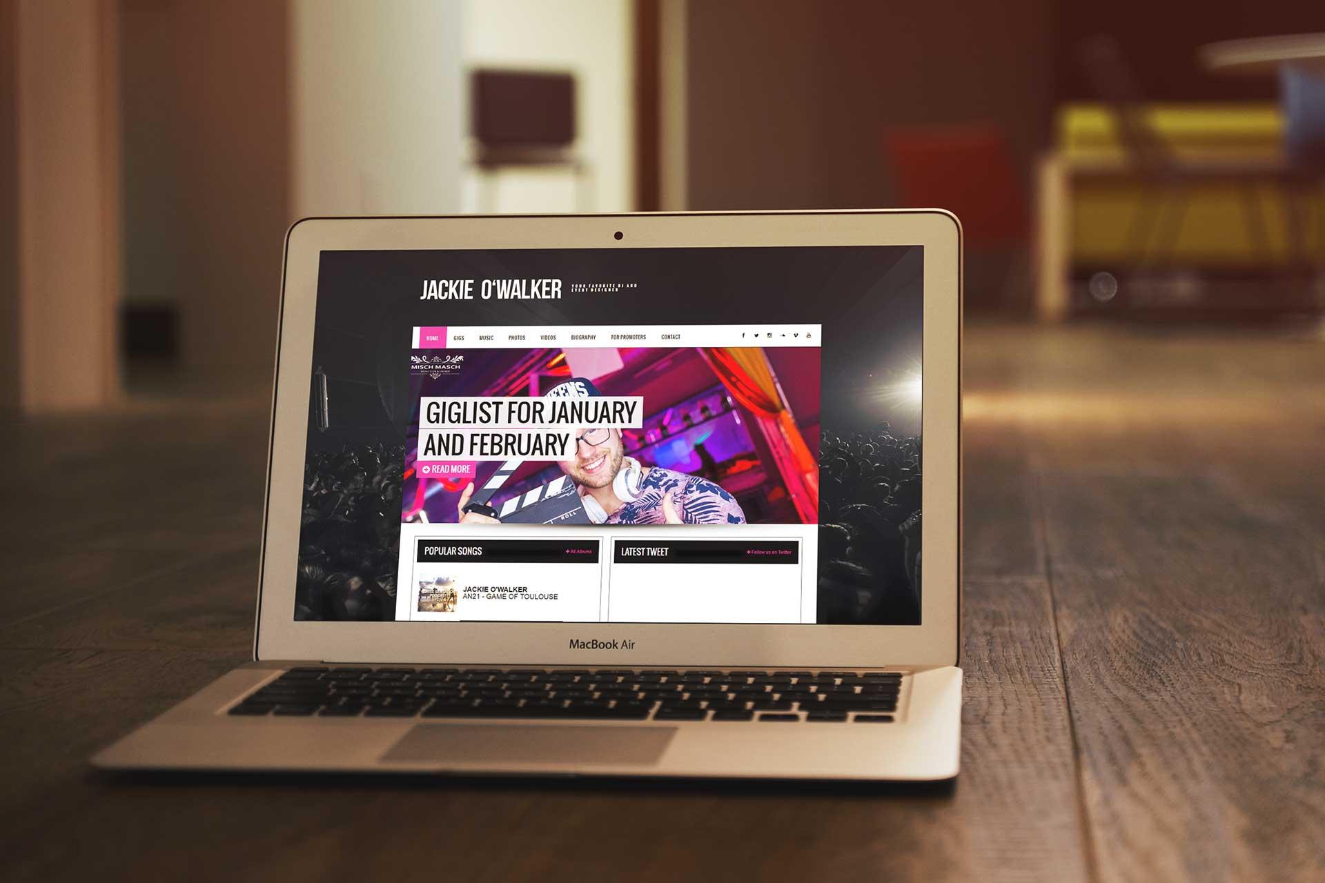 Webové stránky od studioseven pro DJ Jackie O'Walker zobrazený na MacBook Air. Reference studioseven web na míru.
