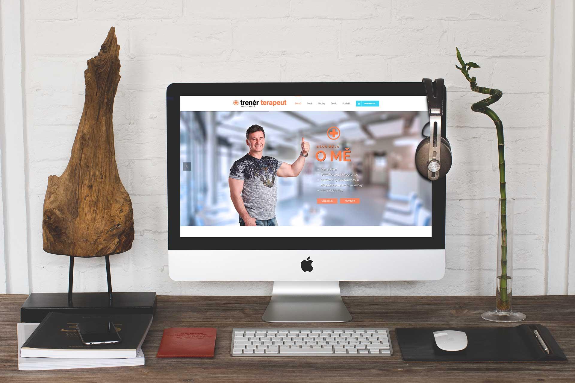 Zobrazení reference webové stránky trenerterapeut na počítači. Grafika na míru.